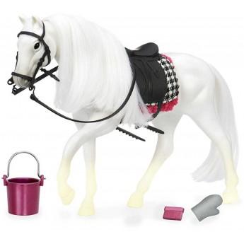 Biały koń rasy Camarillo z akcesoriami do pielęgnacji, Lori