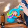 Grzechotka z przyssawką PipSquigz Loops niebieski, Fat Brain Toys
