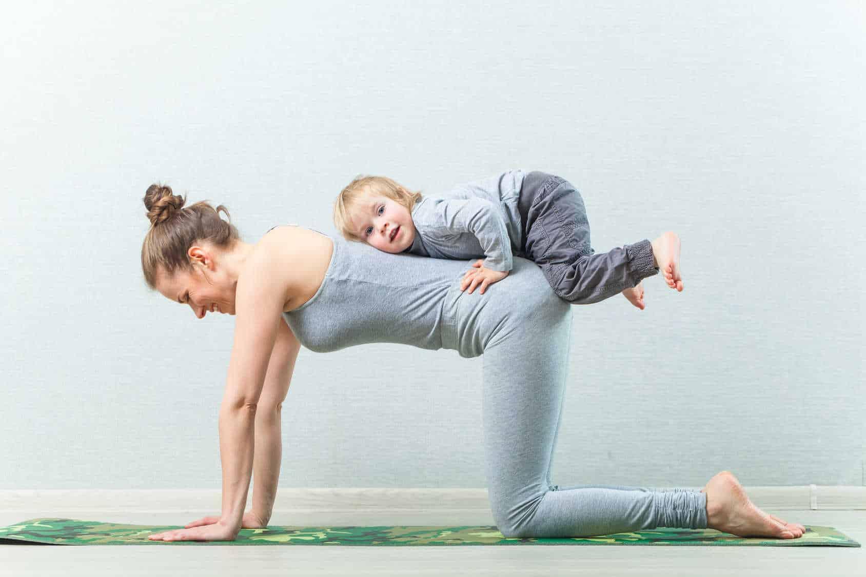 Mama uprawia jogę z dzieckiem