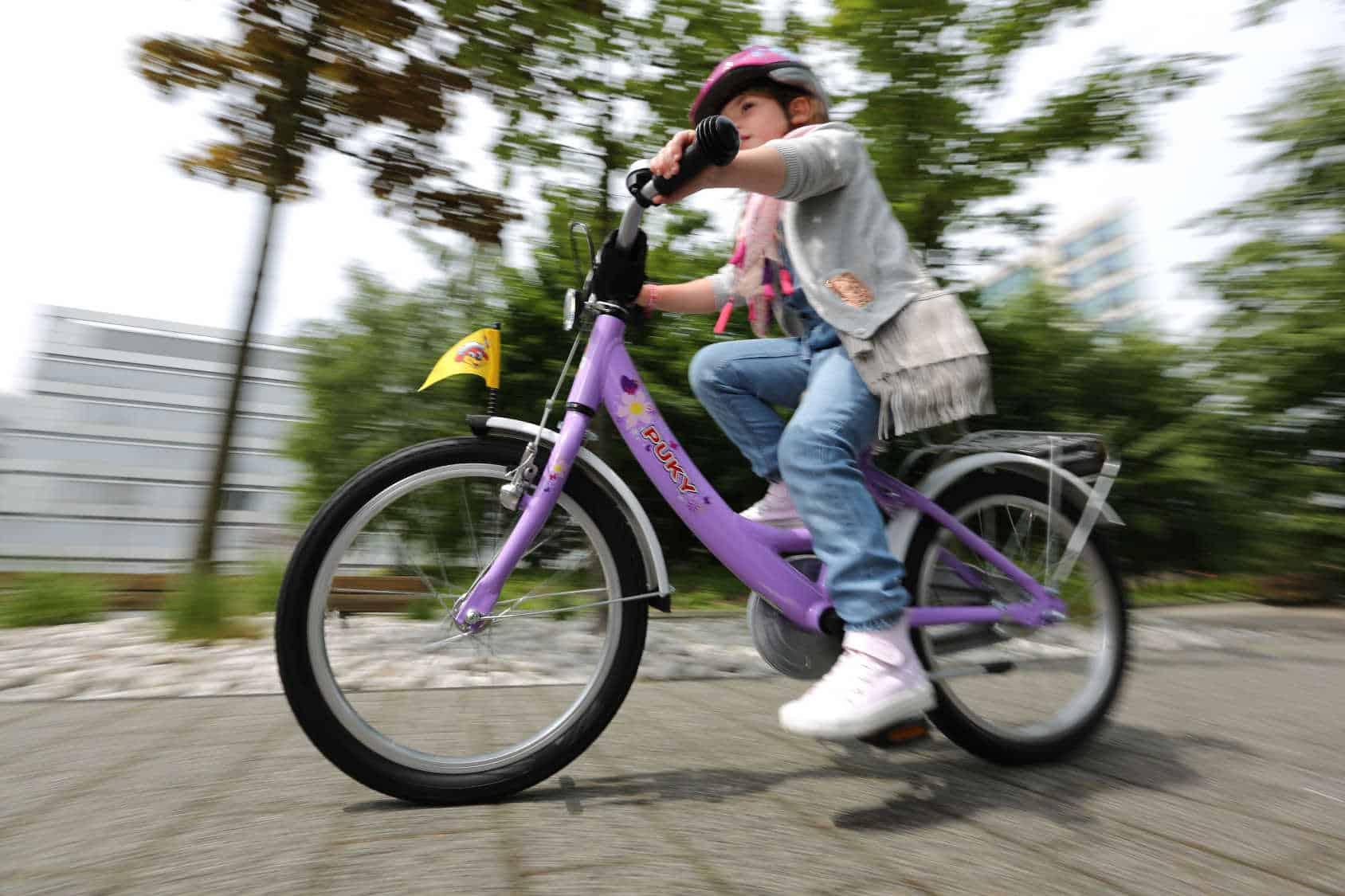 Dziewczynka jeździk na rowerze.