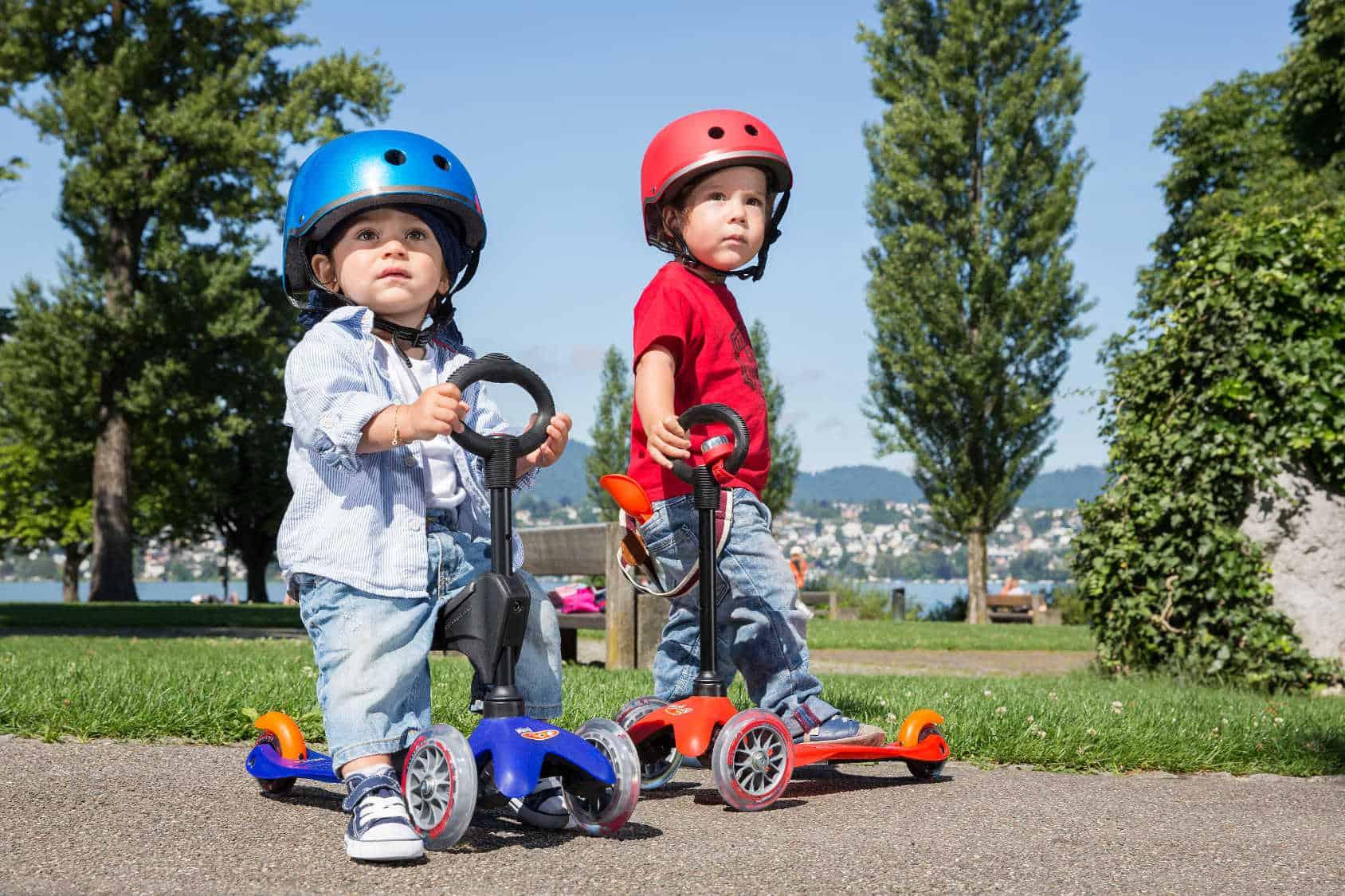 Małe chłopcy na hulajnogach Micro