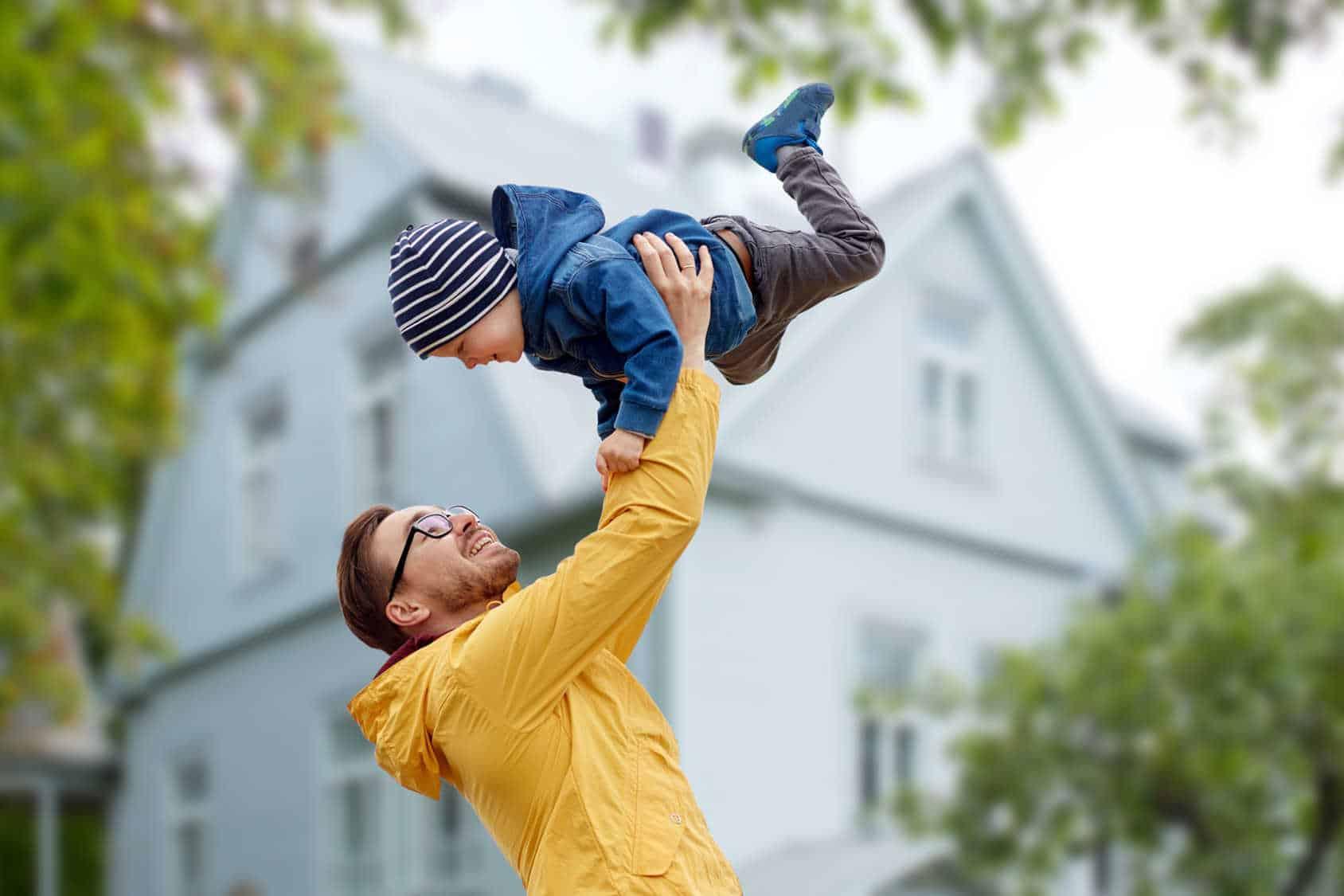 Ojciec i syn bawią się razem na dworze