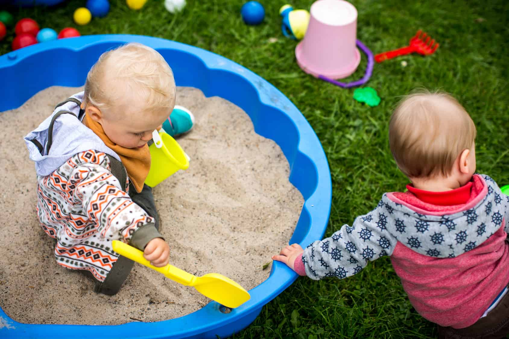 Małe dzieci bawią się w piaskownice